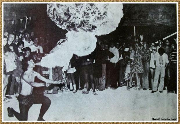Gujan-Mestras autrefois : le cracheur de feu au Village Médiéval d'Artisanat d'Art de La Hume, Bassin d'Arcachon (carte postale, collection privée)
