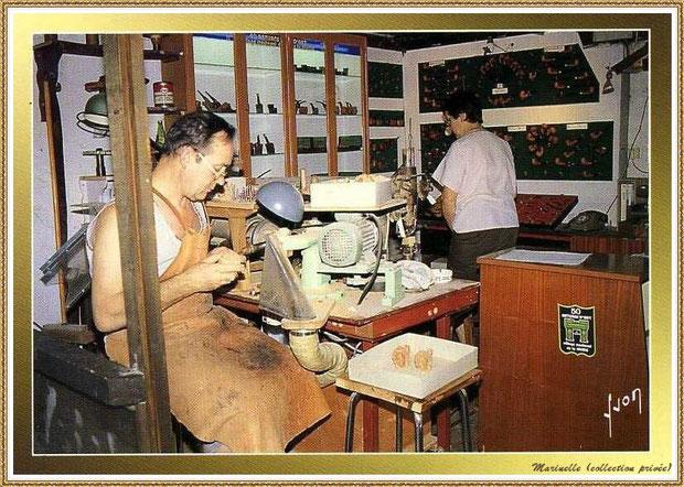 Gujan-Mestras autrefois : Atelier du pipier au Village Médiéval d'Artisanat d'Art de La Hume, Bassin d'Arcachon (carte postale, collection privée)