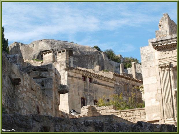 """Vestiges avec la fenêtre renaissance """"POST TENEBRAS LUX 1571"""" (sur la droite), Baux-de-Provence, Alpilles (13)"""