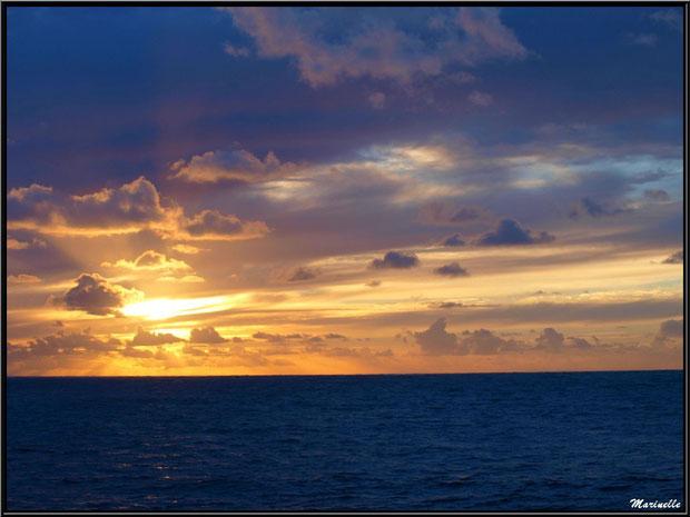 Coucher du soleil vu depuis la bordure de plage à La Corniche à Pyla-sur-Mer, Bassin d'Arcachon (33)