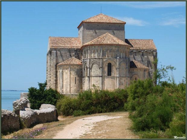 Eglise Sainte Radegonde à Talmont-sur-Gironde en longeant la Promenade des Remparts, Charente-Maritime