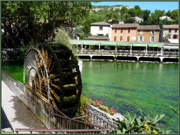 """Roue à eau sur La Sorgue avec en face des restaurants """"les pieds dans l'eau"""", Fontaine de Vaucluse, Pays de La Sorgue, Vaucluse (84)"""
