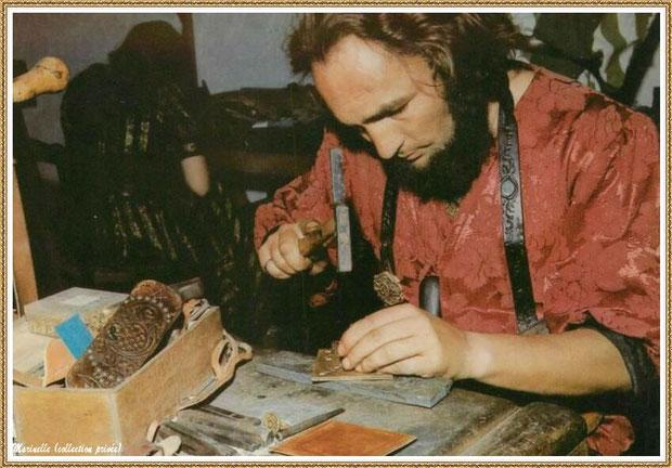 Gujan-Mestras autrefois : travail du cuir au Village Médiéval d'Artisanat d'Art de La Hume, Bassin d'Arcachon (carte postale, collection privée)
