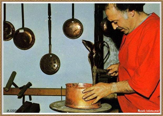 Gujan-Mestras autrefois : Atelier du dinandier au Village Médiéval d'Artisanat d'Art de La Hume, Bassin d'Arcachon (carte postale, collection privée)