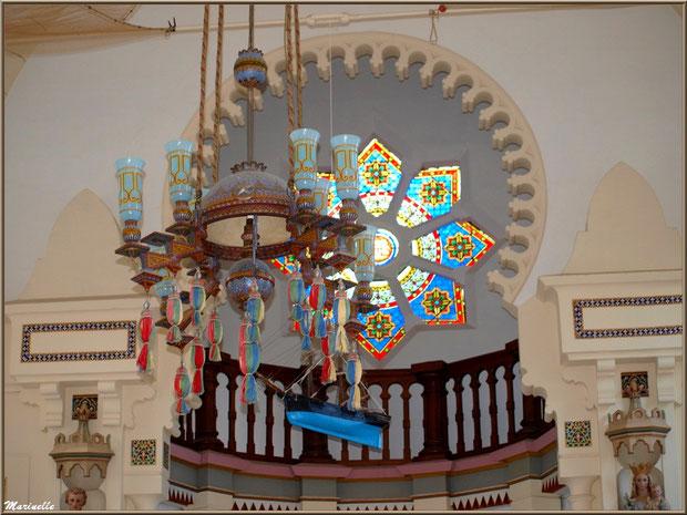 Chapelle Algérienne, lustre, bateau ex-voto, balcon et rosace au-dessus autel,  Village de L'Herbe, Bassin d'Arcachon (33)
