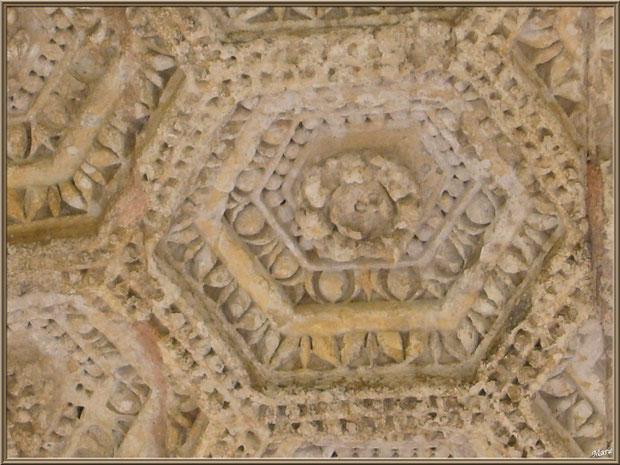 Détail d'une rosace de la voûte de l'Arc de Triomphe des Antiques à Saint Rémy de Provence, Alpilles (13)