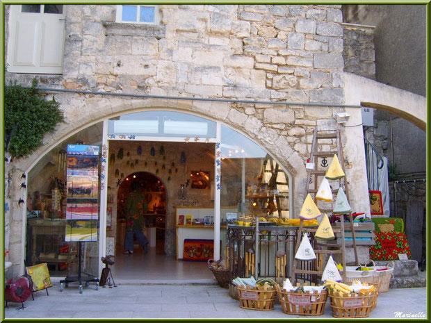Boutique de souvenirs provençaux, Baux-de-Provence, Alpilles (13)