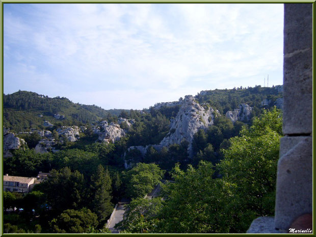 Vue panoramique sur les Alpilles et le village en contrebas depuis la cité des Baux-de-Provence, Alpilles (13)
