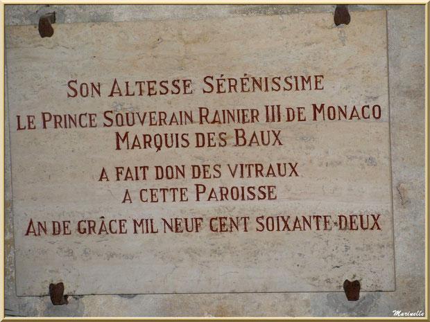 Plaque, apposée à l'intérieur de l'église Saint-Vincent, attestant du don des vitraux par le Prince Rainier III de Monaco, Les Baux-de-Provence, Alpilles (13)