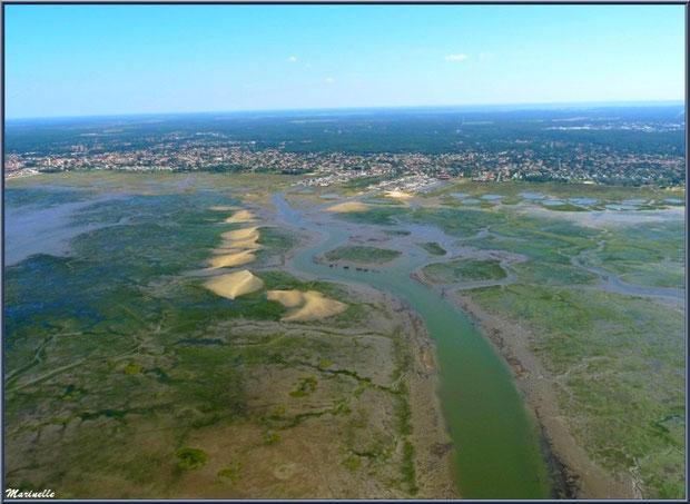 Le Bassin d'Arcachon vu du ciel avec ses chenaux à marée basse, les bancs de sable, le port de Meyran et celui de la Passerelle avec le château d'eau de Gujan-Mestras (complètement à gauche)