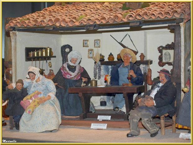 Musée des Santons, Baux-de-Provence, Apilles (13) : santons Marius Chave illustrant une famille provençale traditionnelle