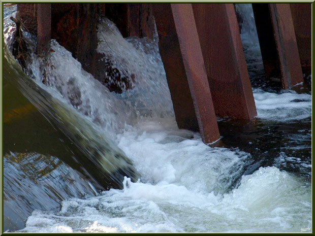 Une des écluses et sa cascade sur le Canal des Landes au Parc de la Chêneraie à Gujan-Mestras (Bassin d'Arcachon)