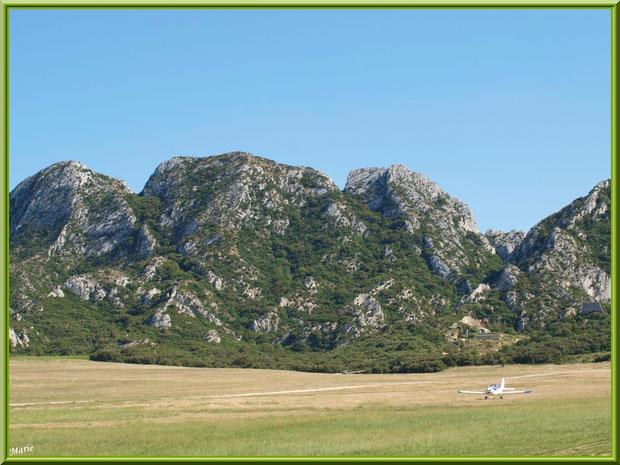 Un avion au décollage sur la piste de l'aérodrome de Romanin avec les Alpilles pour décor à Saint Rémy de Provence (13)