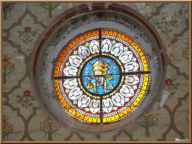 Eglise Notre Dame de Beaulieu, village de Cucuron, Lubéron (84) : un des vitraux