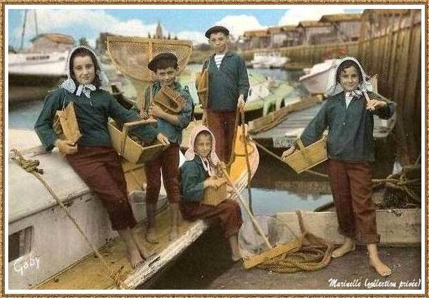 Gujan-Mestras autrefois : Folklore, enfants en tenue locale prêts pour la pêche (crevettes, crabes, bigorneaux, palourdes), Bassin d'Arcachon (carte postale, collection privée)