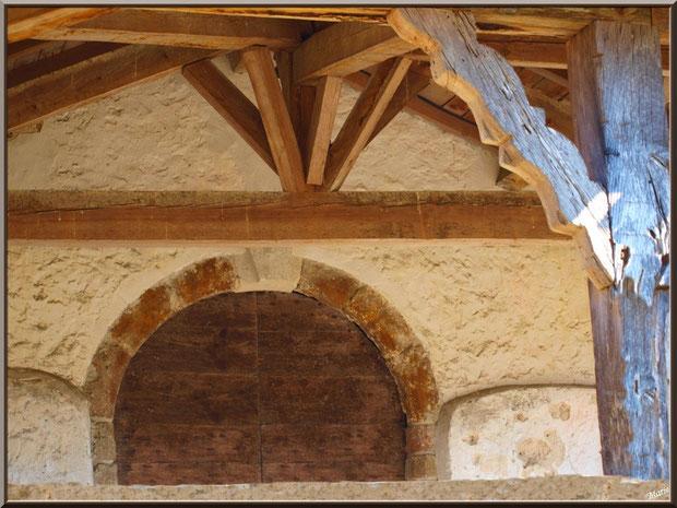 Le porche et le haut de la porte d'entrée de la chapelle Saint-Roch à Saugnacq-et-Muret (40)