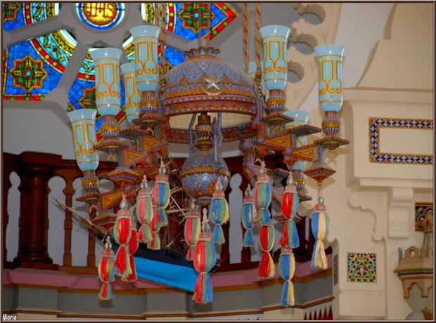 Chapelle Algérienne, le lustre avec en fond le bateau ex-voto pendu, le balcon et la rosace au-dessus de l'autel, Village de L'Herbe, Bassin d'Arcachon (33)