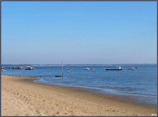 Plage de Claouey et bateaux au mouillage, Bassin d'Arcachon