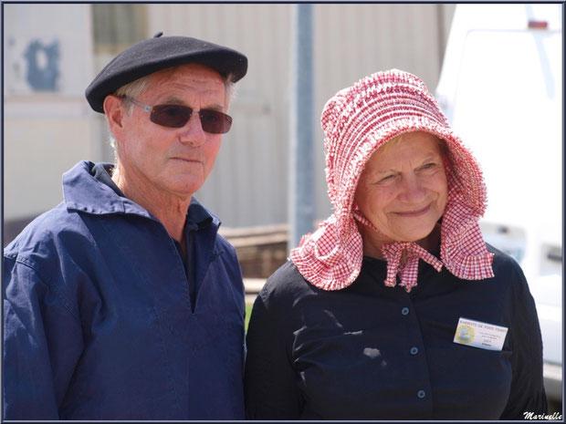 Couple en tenue locale attendant le retour des pêcheurs de sardines - Fête du Retour de la Pêche à la Sardine 2014 à Gujan-Mestras, Bassin d'Arcachon (33)