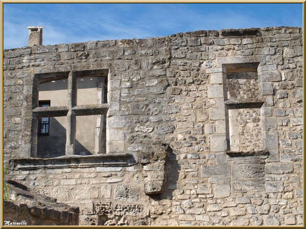 Vestiges d'une bâtisse avec fenêtre à meneaux,  Baux-de-Provence, Alpilles (13)