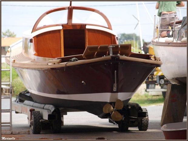 """Pinasse """"Ayla"""" prête pour la mise à l'eau, Chantier Naval Debord et Charmet, Port de Meyran à Gujan-Mestras, Bassin d'Arcachon (33)"""