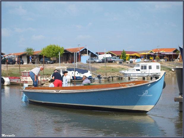 Pinasse en manoeuvre pour le départ pour la pêche à la sardine - Fête du Retour de la Pêche à la Sardine 2014 à Gujan-Mestras, Bassin d'Arcachon (33)
