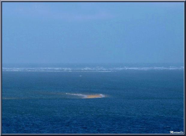 Vue depuis les hauteurs de La Corniche à Pyla-sur-Mer, Bassin d'Arcachon (33) : le Bassin, bancs de sable et les Passes en toile de fond