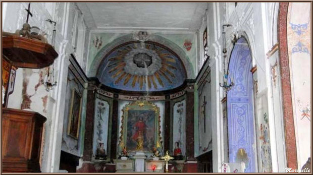 Intérieur de l'église romane Saint Romain, village de Lioux, Lubéron (84)