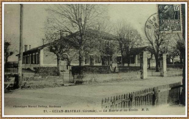 Gujan-Mestras autrefois : En 1931, la première Mairie (au centre) entre écoles des filles et des garçons, Bassin d'Arcachon (carte postale, collection privée)