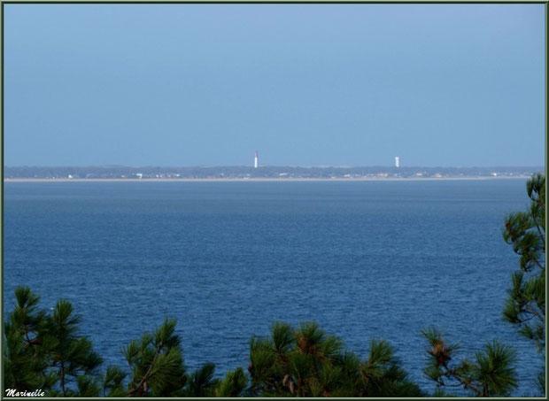 Le Bassin et le Cap Ferret avec son sémaphore vus depuis La Corniche à Pyla-sur-Mer, Bassin d'Arcachon (33)