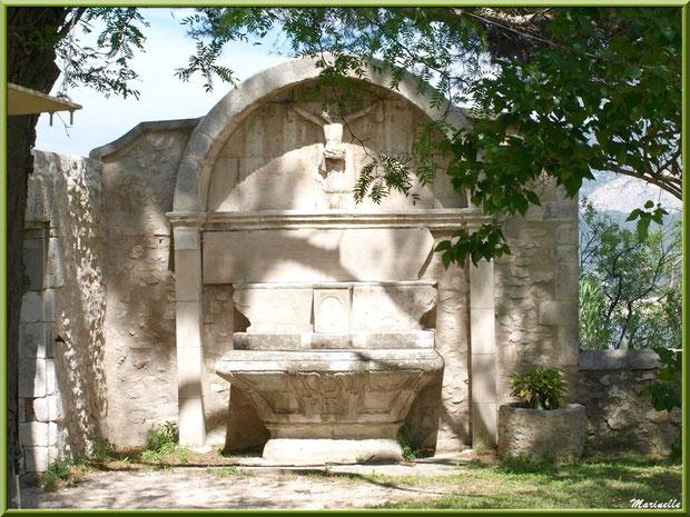 Monument expiatoire dans les jardins de l'ancien monastère de la chapelle Notre Dame de Beauregard, village d'Orgon, entre Alpilles et Lubéron (13)