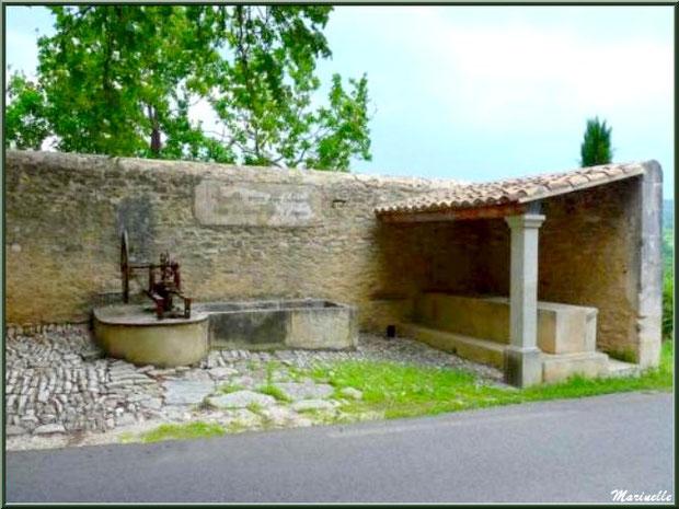 La fontaine lavoir abreuvoir et sa pompe à galets - Goult, Lubéron - Vaucluse (84)