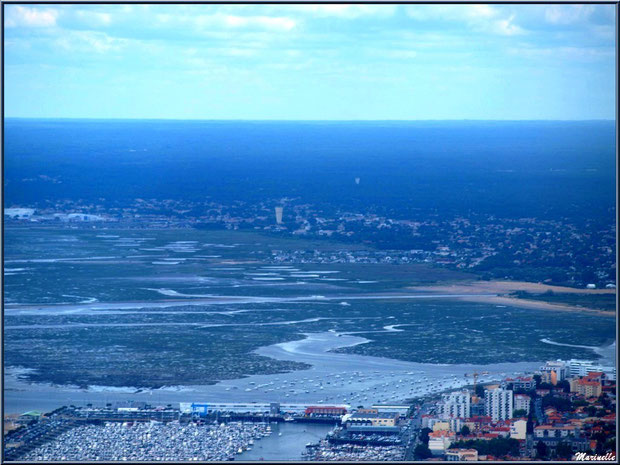 Arcachon et son port de plaisance, quartier de l'Aiguillon, puis Gujan Mestras avec sa plage de La Hume, son port de Meyran, son château d'eau, et en fond, ses ports de La Passerelle et de Larros, Bas