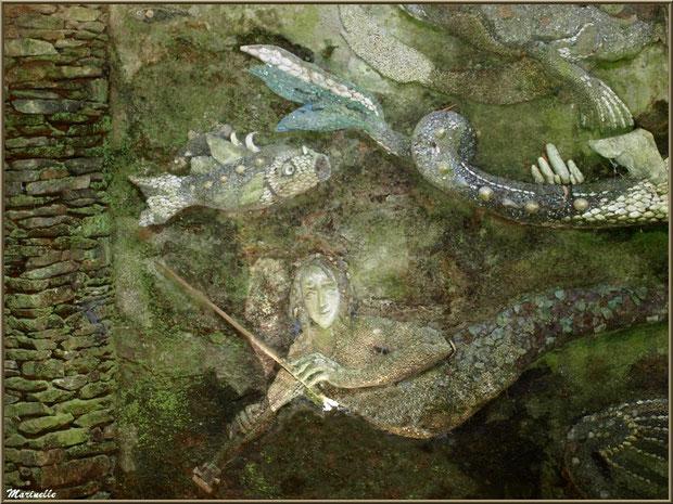 La Grotte Italienne et ses personnages marins en coquillages (milieu du mur du fond en façade) - Les Jardins du Kerdalo à Trédarzec, Côtes d'Armor (22)
