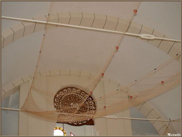 Chapelle Algérienne, plafond drapé d'un filet de pêche et rosace au-dessus porte d'entrée,  Village de L'Herbe, Bassin d'Arcachon (33)