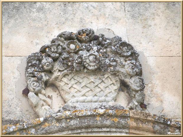 Sculpture haut de porte, Baux-de-Provence, Alpilles (13)