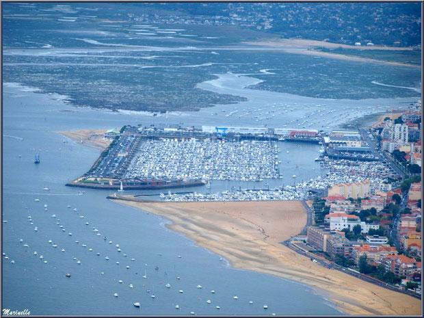 Arcachon, son port de plaisance et son quartier de l'Aiguillon avec, en toile de fond, La Teste, Bassin d'Arcachon (33) vu du ciel