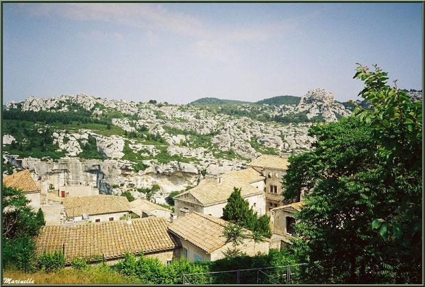 Vue sur le village en contrebas de l'esplanade du château, Château des Baux-de-Provence, Alpilles (13)