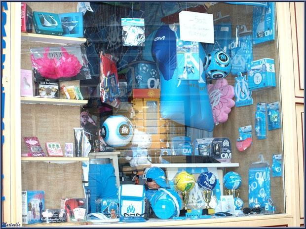 Vitrine boutique dans une ruelle en centre ville à Saint Rémy de Provence, Alpilles (13)
