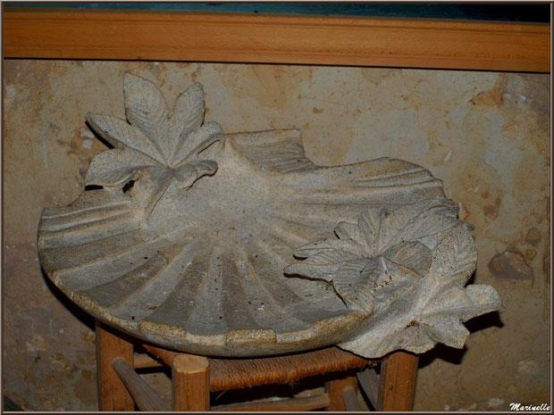 Sculpture d'une coquille rappelant les anciens pèlerinages de Saint Jacques de Compostelle, église Saint Pierre de Mons à Belin-Beliet (Gironde)