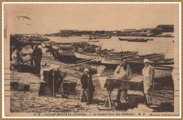 Gujan-Mestras autrefois : Détrocage des tuiles sur les chalands dans la darse principale du Port de Larros, Bassin d'Arcachon (carte postale, collection privée)