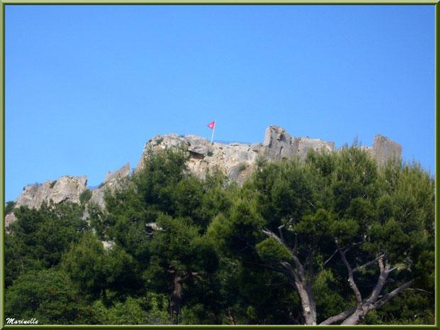 Le Château des Baux-de-Provence, Alpilles (13), depuis la vallée sur la D27 venant de Maussane-les-Alpilles