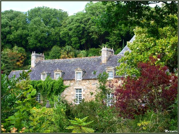 Les bâtiments de l'ancienne ferme rénovée dans les Jardins du Kerdalo à Trédarzec, Côtes d'Armor  (22)
