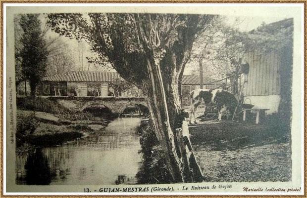 """Gujan-Mestras autrefois :  aux environs de 1920, le pont et le ruisseau avec, en fond, le moulin à eau Daney (aujourd'hui """"La Savane"""") enjambant le Cours de Verdun (à l'époque Route Départementale), Bassin d'Arcachon (carte postale, collection privée)"""