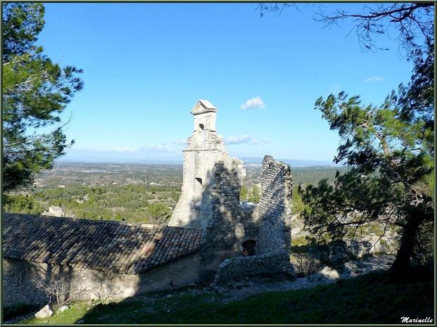 La chapelle des Pénitents et vue panoramique au village d'Eygalières dans les Alpilles, Bouches du Rhône
