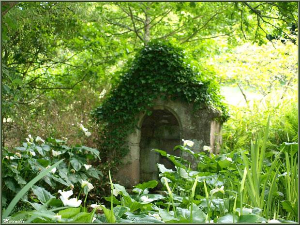 La fontaine Saint Fiacre - Les Jardins du Kerdalo à Trédarzec, Côtes d'Armor (22)