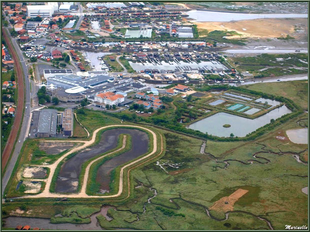 Gujan Mestras à marée montante avec, en bas à gauche, son port de La Molle, ses prés salés, ses réservoirs, son Lycée de la Mer, ses ports de La Barbotière et du Canal, Bassin d'Arcachon vu du ciel (3