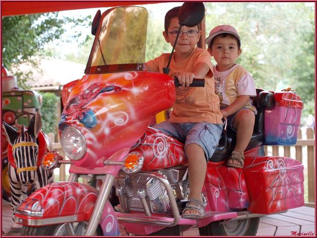 Les joies de la moto au manège, Parc de la Coccinelle, mini-ferme à Gujan-Mestras, Bassin d'Arcachon (33)