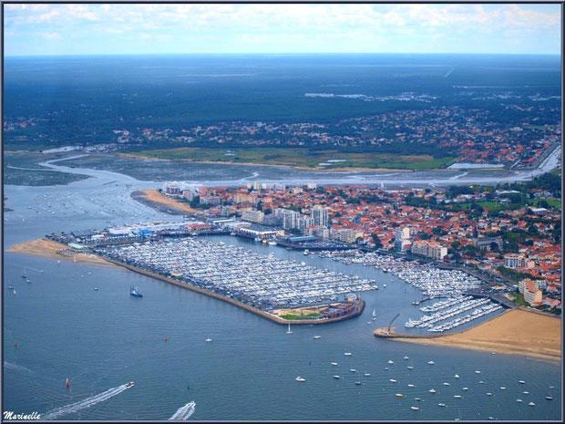 Arcachon, son port de plaisance et son quartier de l'Aiguillon avec, en toile de fond, La Teste et ses ports, Bassin d'Arcachon (33) vu du ciel