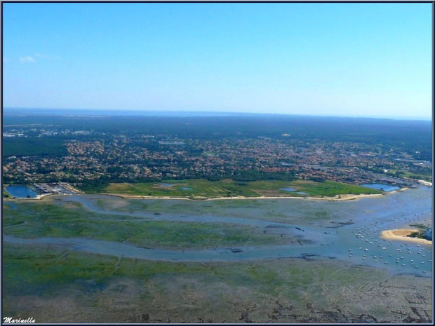 Le Bassin à marée basse, parcs à huîtres, bateaux, Arcachon et son quartier de l'Aiguillon, La Teste avec son port et ses prés salés et son port du Rocher puis, en fond, le lac de Cazaux, Bassin d'Arc